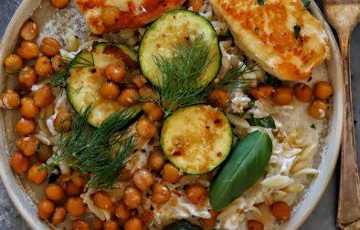 Hellim Peynir ve Arpa Sehriye Salatasi